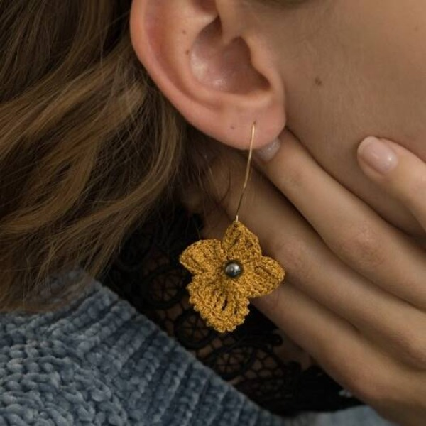 자체브랜드#[MERRYMOTIVE] Golden flower with black pearl knit earring_MX9XX0140